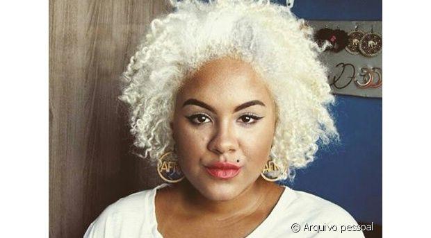 Luci platinou os cabelos em casa, depois de manter o cabelo com duas cores diferentes