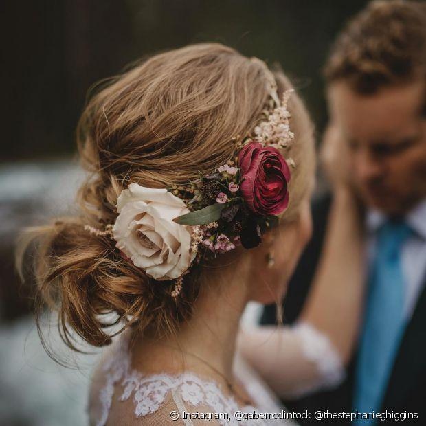 Flores no penteado de casamento são perfeitas para as românticas