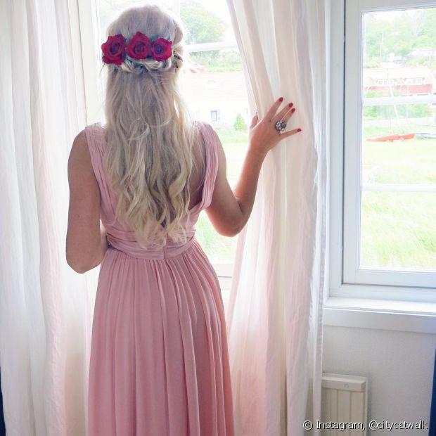 Flores como rosas e margaridas são ótimas para o seu penteado de casamento