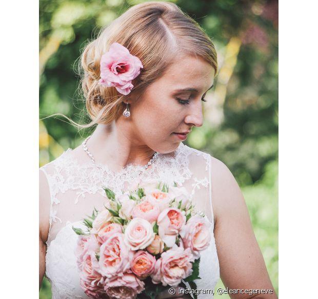 Uma flor é o suficiente para tranformar o penteado do seu casamento