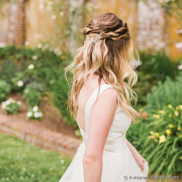 Os penteados semipresos com o efeito torcidinho viraram tendência entre as noivas