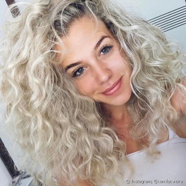 O cabelo cacheado fica bagunçado muito mais fácil. É só esperar secar e abrir os cachos, para eles perderem um pouco da definição