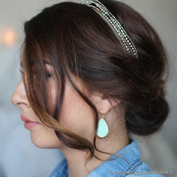 Uma tiara brilhosa deixa o seu penteado mais sofisticado