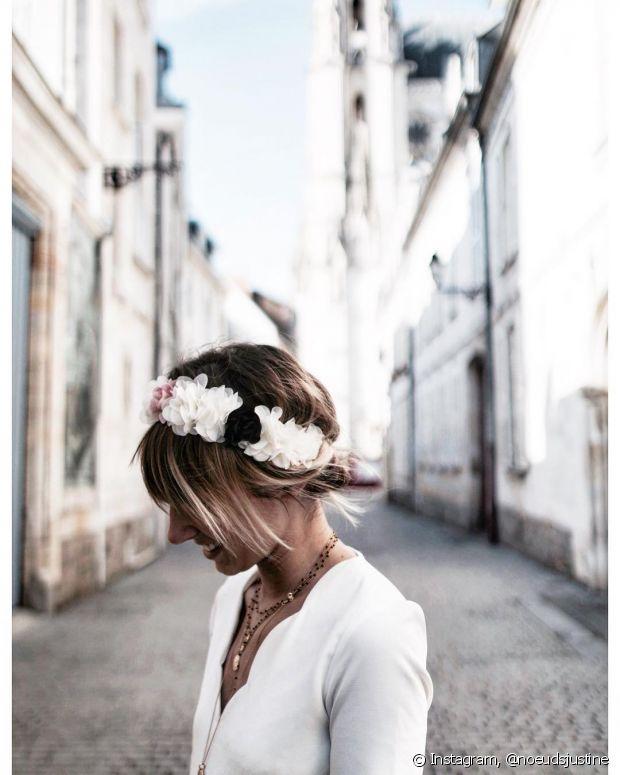Para um look romântico, invista na tiara de flores