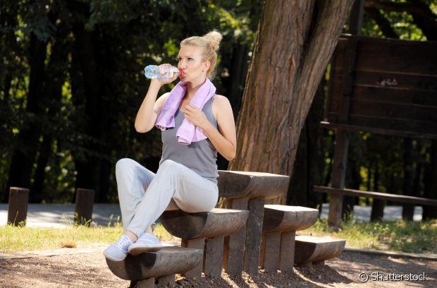 Água é a melhor bebida que existe. Beba bastante líquido durante a prática de exercícios