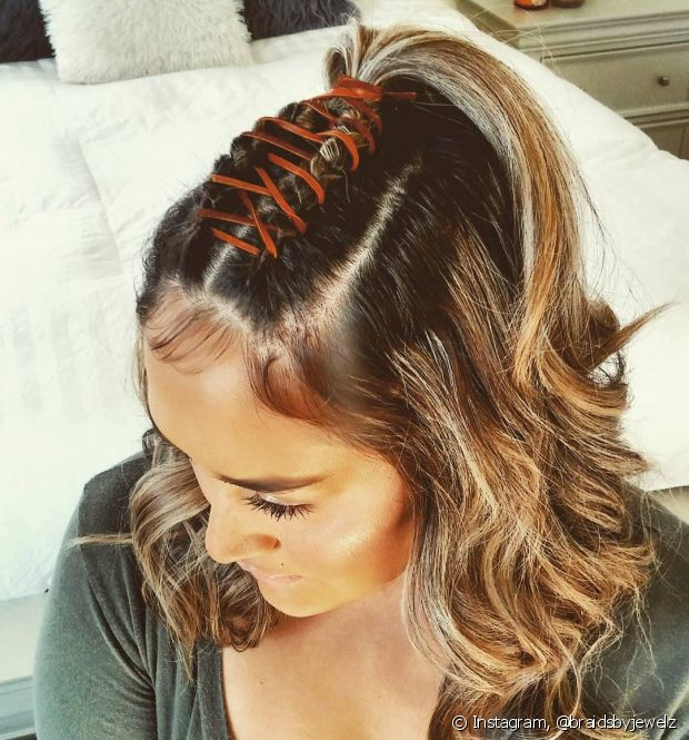 A trança espartilho fica perfeita quando usada com um penteado semipreso