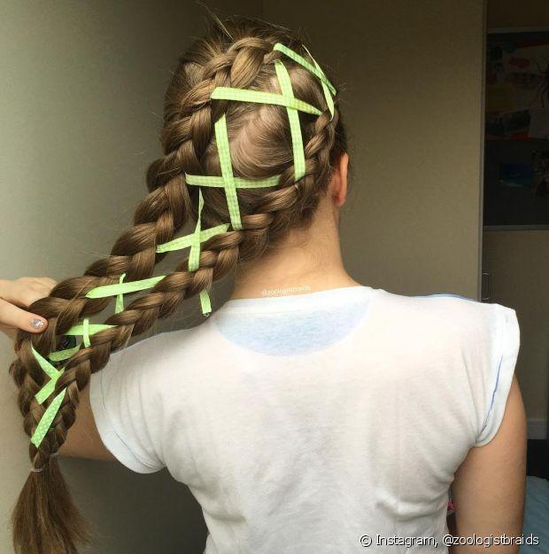 Para fazer o trançado, você só precisa fazer duas tranças e passar uma fita ou uma linha entre elas
