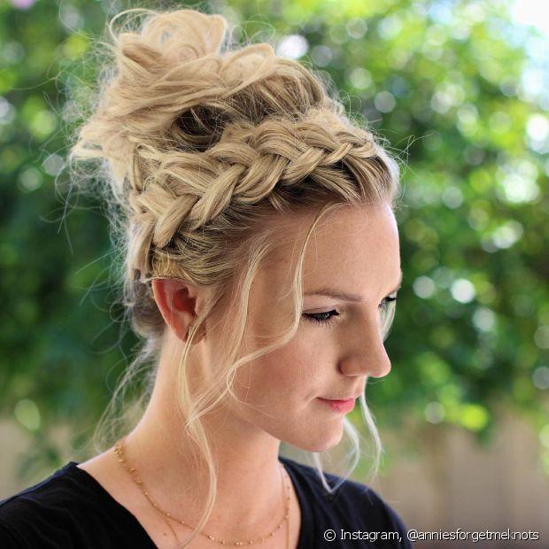 Você pode usar a tiara de trança para incrementar outros penteados, como o coque