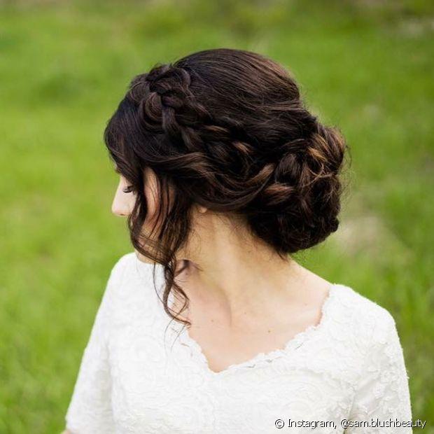 Se não conseguir fazer a tiara de trança do jeito tradicional, você pode adaptá-la fazendo duas tranças embutidas na frente do cabelo