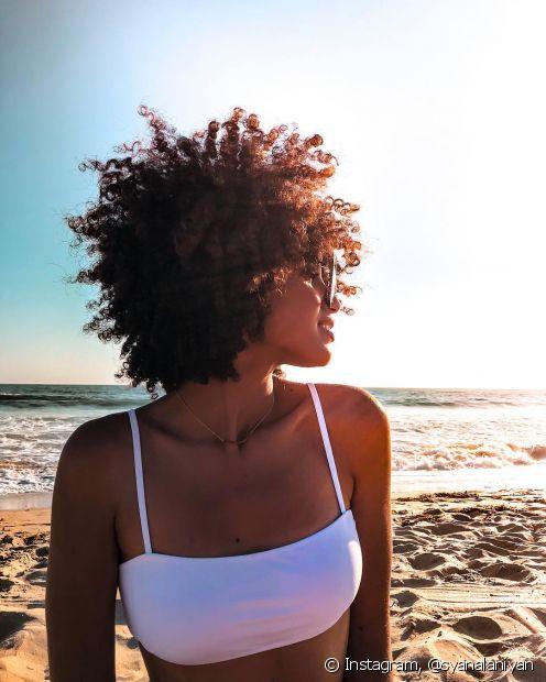Um cronograma capilar pode ajudar os cabelos cacheados e crespos a ficarem bem tratados no verão