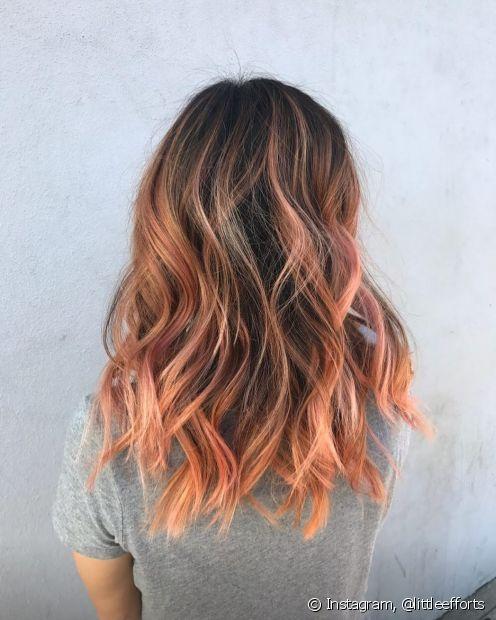Para uma coloração mais discreta, você pode fazer mechas nos cabelos
