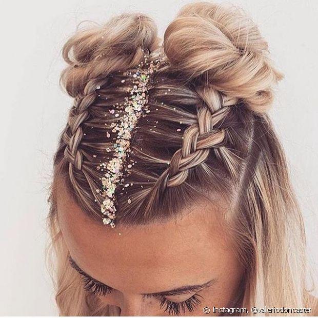 Você pode usar o glitter na raiz do cabelo ou ainda pulverizando o brilho no comprimento e nas pontas