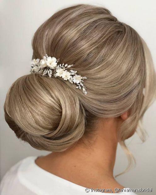 O coque baixo é aquele penteado para casamento que combina tanto com a noiva, quanto com as madrinhas e convidadas. A dica é enfeitar o coque com flores e acessórios para trazer mais charme ao penteado (Foto: Instagram,@taniamarasbridal)