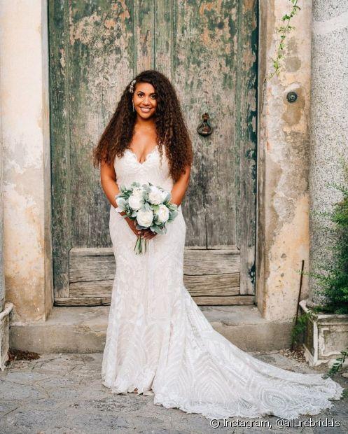 Para as que preferem ser mais básicas, a dica é apostar no penteado para casamento com acessórios na lateral! Com as madeixas soltas e bem hidratadas, não tem como não arrasar (Foto: Instagram, @allurebridals)