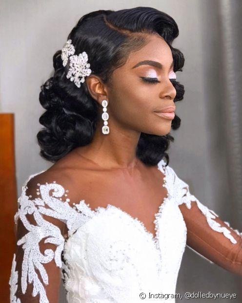 O acessório na lateral no penteado para casamento pode ser realçado com o uso da gelatina mix + maquiagem babadeira, sempre combinando com o gosto da noive (Foto: Instagram, @dolledbynueye)