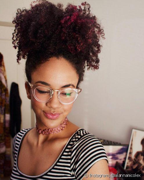O afro puff é o clássico dos penteados para o cabelo crespo (Foto: Instagram, @alannanicolex)