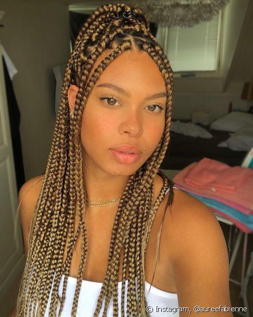 As box braids e os twists trazem a ancestralidade para os cabelos crespos e cacheados (Foto: Instagram, @aureefabienne)