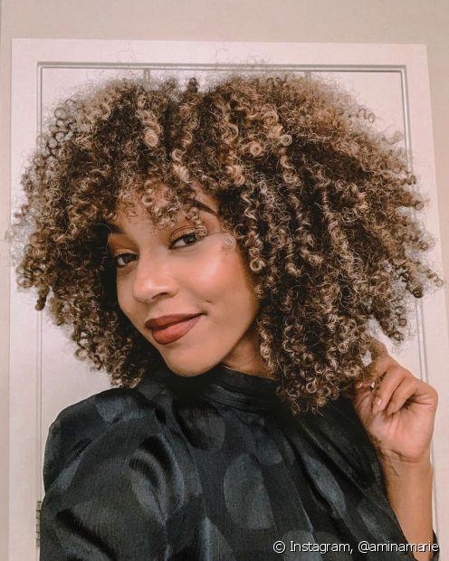 Os cabelos cacheados e crespos costumam ressecar com mais facilidade pela dificuldade em levar a oleosidade natural do couro cabeludo aos fios (Foto: Instagram, @aminamarie)
