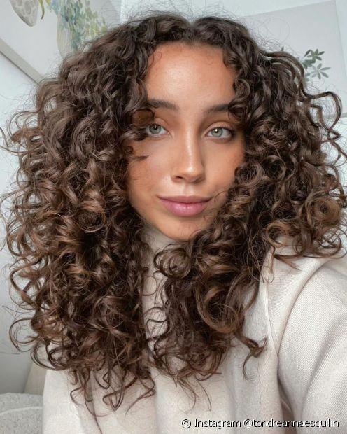 O cabelo castanho médio pode ser encontrado em tons de chocolate (Instagram @tondreannaesquilin)