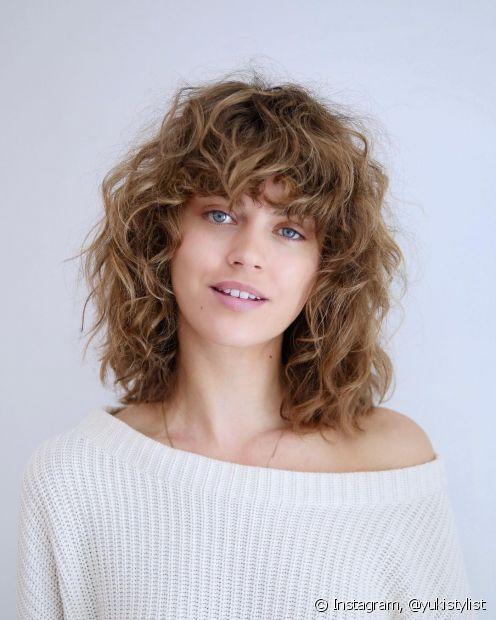 O corte de cabelo repicado pode ter diferentes efeitos no visual; saiba como conseguir mais ou menos volume utilizando essa técnica. (Foto: Instagram @yukistylist)
