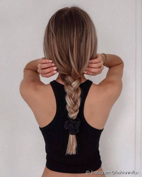 Para evitar frizz, use um protetor térmico antes de usar secador ou chapinha e fazer o penteado no cabelo liso (Foto: Instagram @fashioninflux)