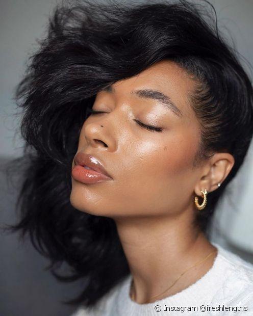 Quando for penteado o cabelo liso, evite usar escova de cabelo de plástico e dê preferência à escova de madeira para evitar frizz (Foto: Instagram @freshlengths)