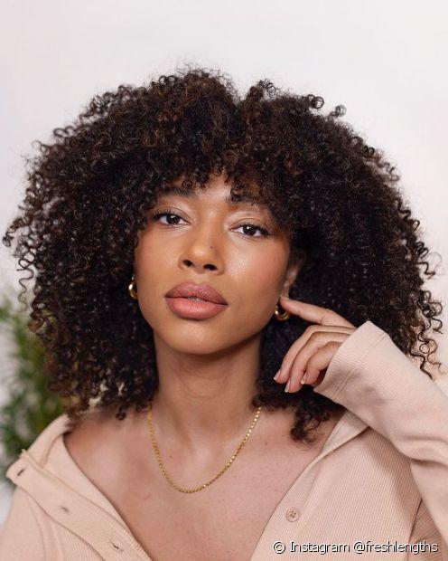 O corte bob é uma boa opção para as donas de cabelo cacheado de rosto quadrado (Foto: Instagram @freshlengths)