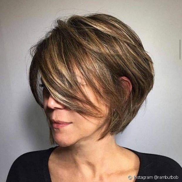 O corte de cabelo curto repicado pixie valoriza o movimento e a leveza dos fios (Foto: Instagram @rambutbob)