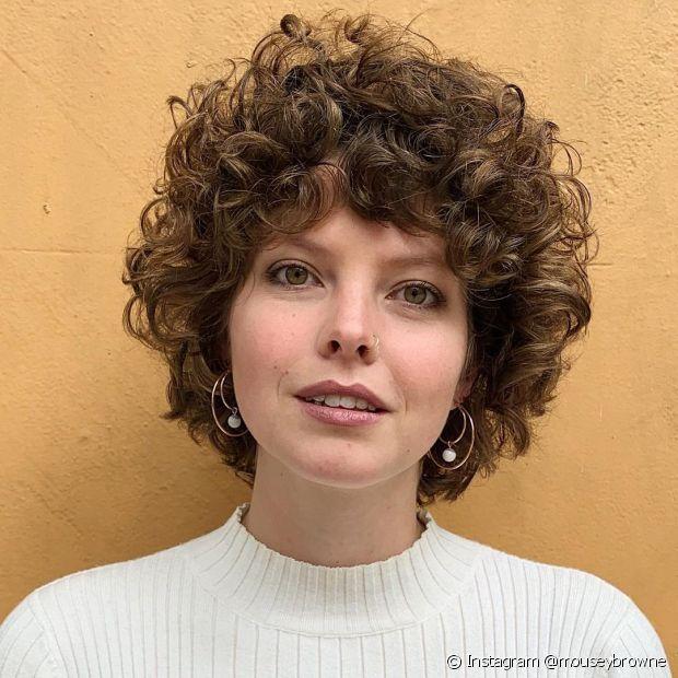 As donas de cabelo cacheado que adoram cortes curtos podem apostar no corte arredondado com franja desfiada (Foto: Instagram @mouseybrowne)
