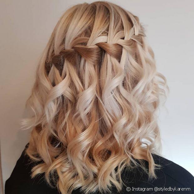 A trança cascata é um penteado romântico e dá mais movimento ao cabelo cacheado (Foto: Instagram @styledbykarenm)
