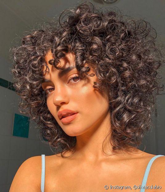 O corte chanel em cabelos castanho proporciona um visual atemporal e prático que combina com todas as mulheres (Foto: Instagram @oliviacalabio)