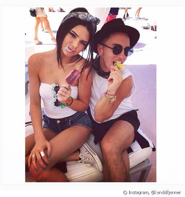 Kendall Jenner usou um lenço mais curto para fazer uma tiara com laço para acompanhar o rabo de cavalo baixo