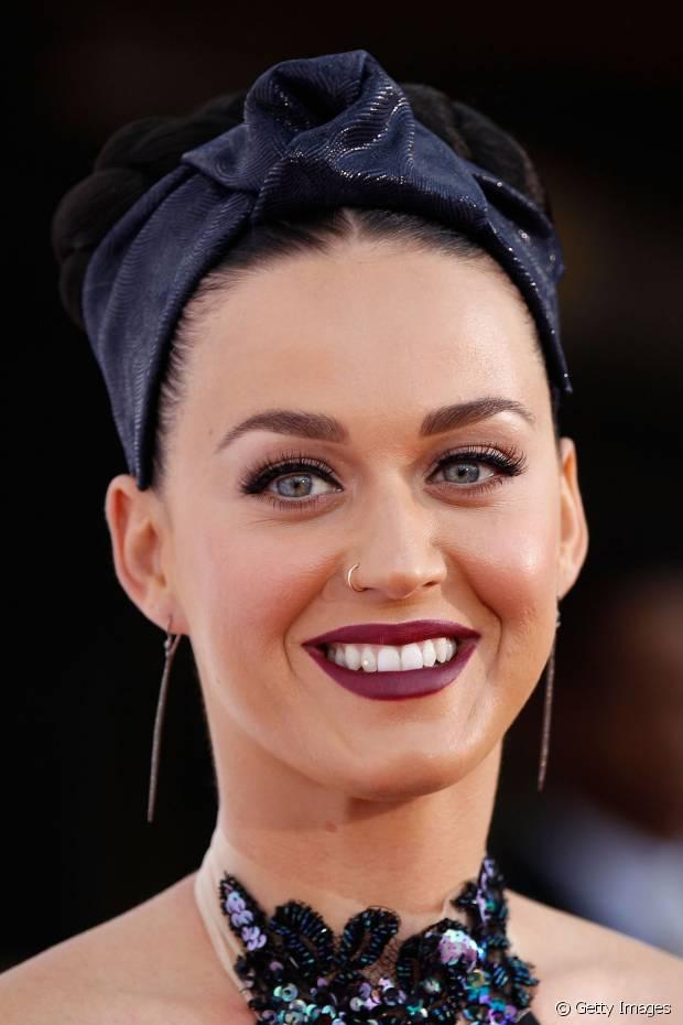 Katy Perry usou um lenço escuro para acompanhar o coque