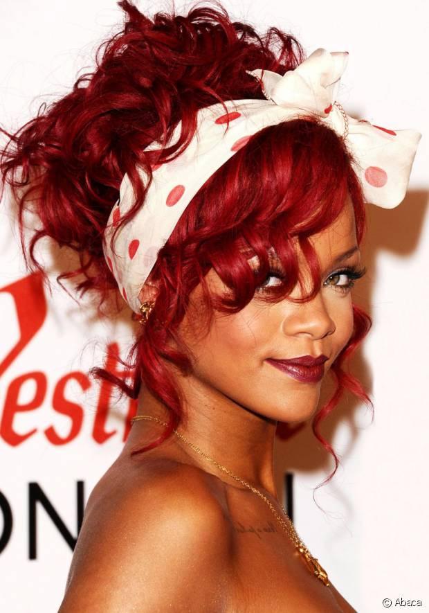Rihanna é fã de lenços e sempre usa o acessório para dar um up no seu visual