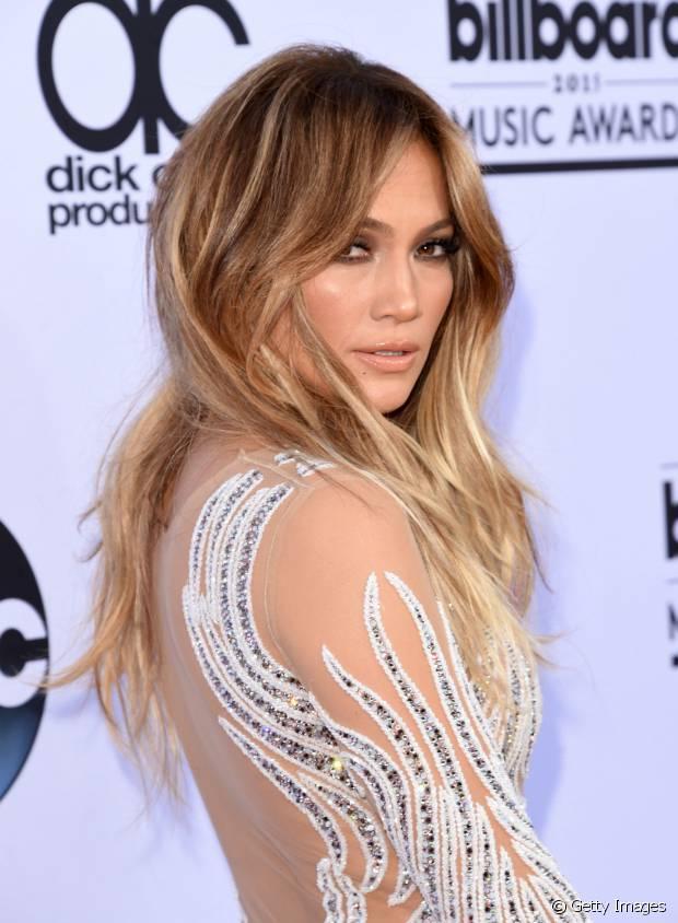 Mulheres com o cabelo loiro escuro natural podem ganhar um visual incrível puxando algumas mechas mais claras ou em tons de dourado