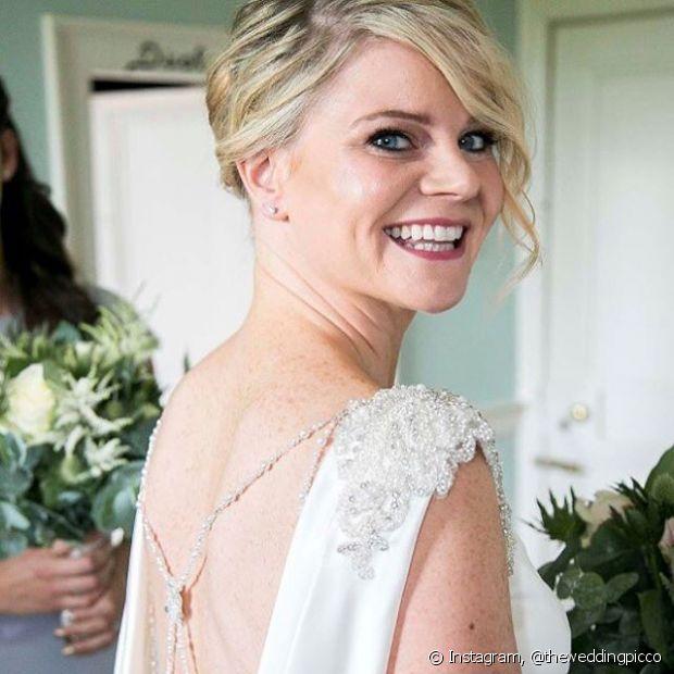 Coque baixo com franja lateral ondulada é um charme para compor o look da noiva