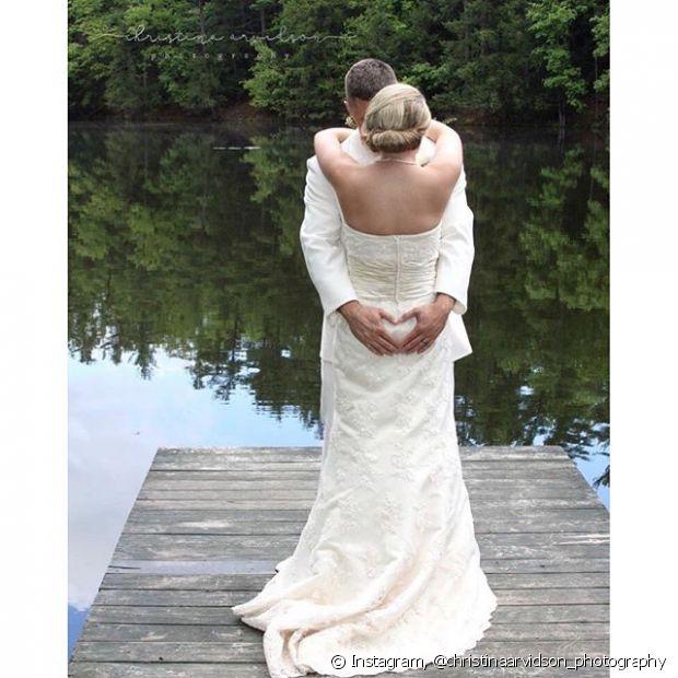 O coque baixo torcido é ideal para casamentos ao ar livre