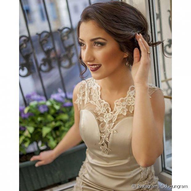 Se você é uma noiva tradicional que escolheu a igreja, vestido, véu e grinalda dos seus sonhos, um penteado clássico vai ornar perfeitamente com o seu estilo