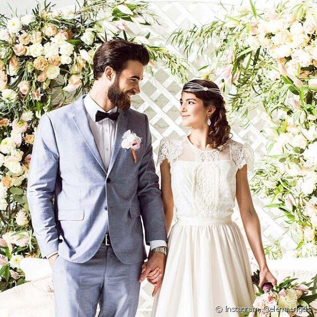 O penteado lateral da noiva foi incrementado com uma headband