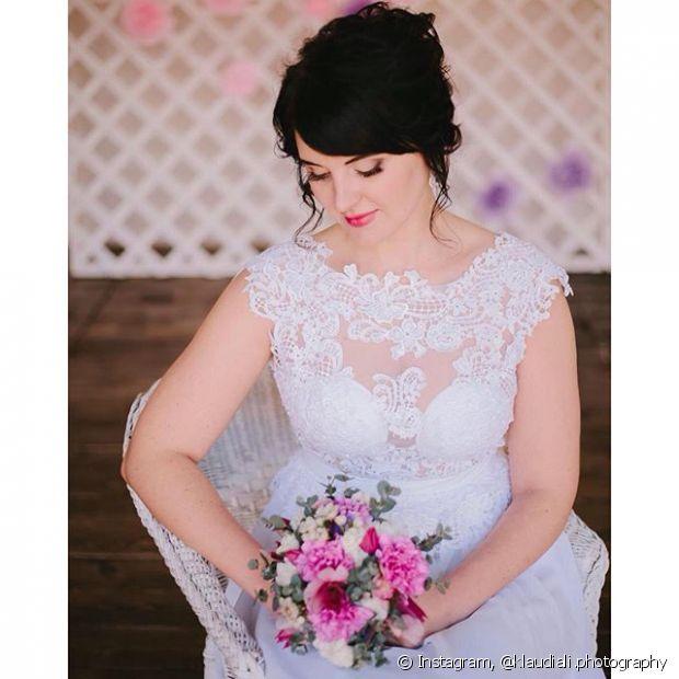 As noivas tradicionais gostam de optar pelo coque, mas você pode deixar o penteado ainda mais elegante com algumas mechas soltas