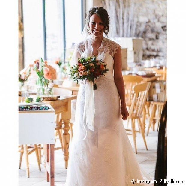 O véu colocado no coque baixo fica um charme na noiva!