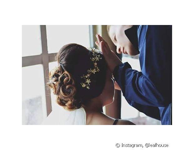Coque baixo com volume no topo da cabeça deixa o penteado da noiva superelegante