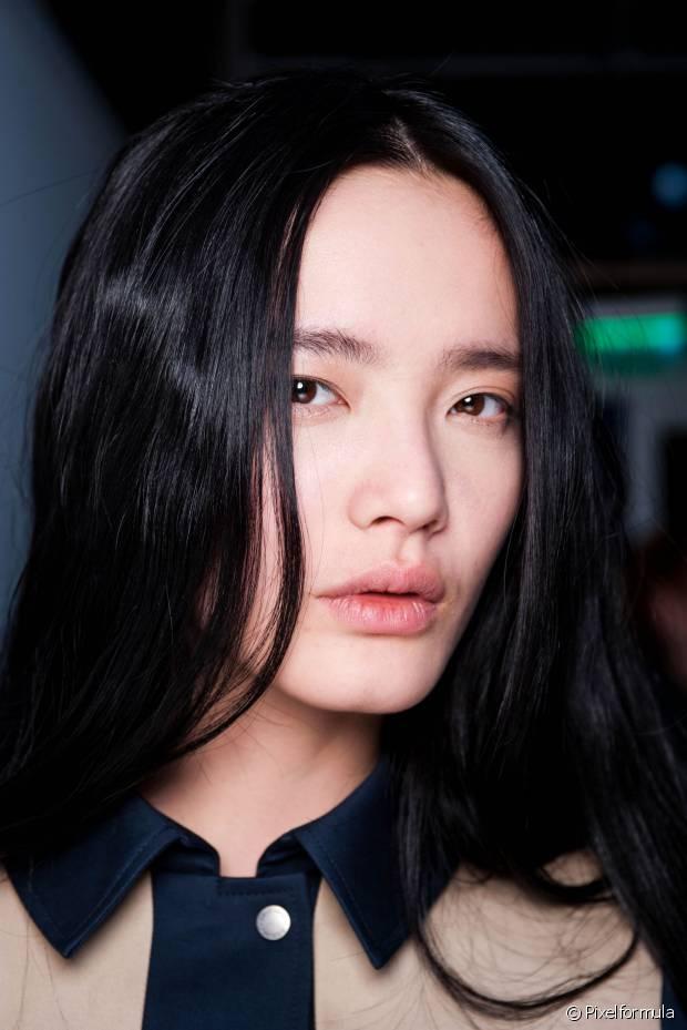 As donas de fios escuros precisam evitar lavagens excessivas. Higienizar o cabelo intercalando os dias é a melhor opção para que você não veja a nuance das madeixas indo embora com mais facilidade