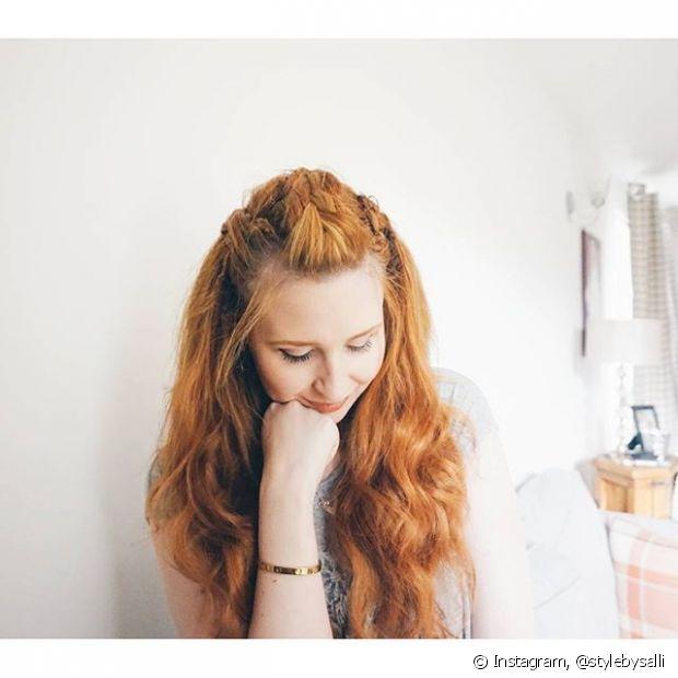 Para fazer sozinha, basta pentear todo o cabelo para trás, separar uma grande mecha do topo da cabeça - na altura da risca central do cabelo - e depois dividi-la em três mechas menores para serem trançadas