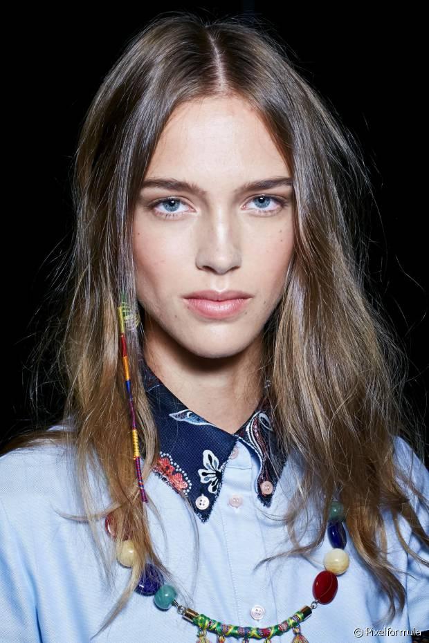 Se você tem o cabelo castanho claro (4.0), por exemplo, e quer ficar loira, você conseguirá alcançar o tom de loiro médio (7.0), no máximo. Para ficar loiríssima, é preciso recorrer à descoloração