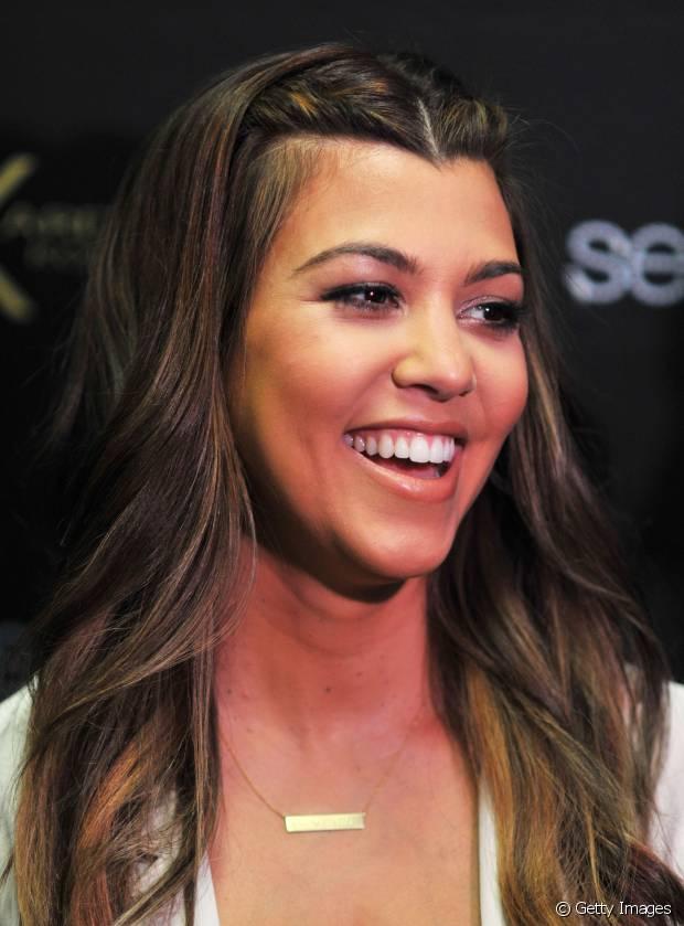 Koutney Kardashian fez luzes bem claras somente no comprimento do cabelo