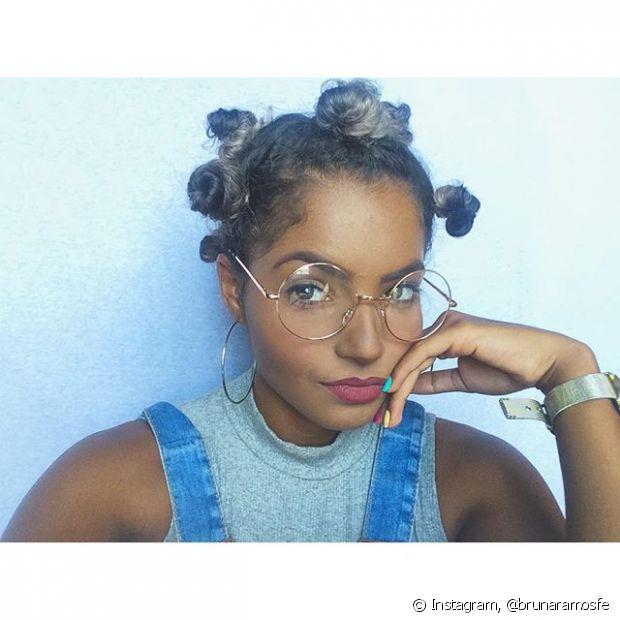 O penteado cheio de coquinhos pequenos por toda cabeça é tendência e combina com meninas que seguram um estilo ousado