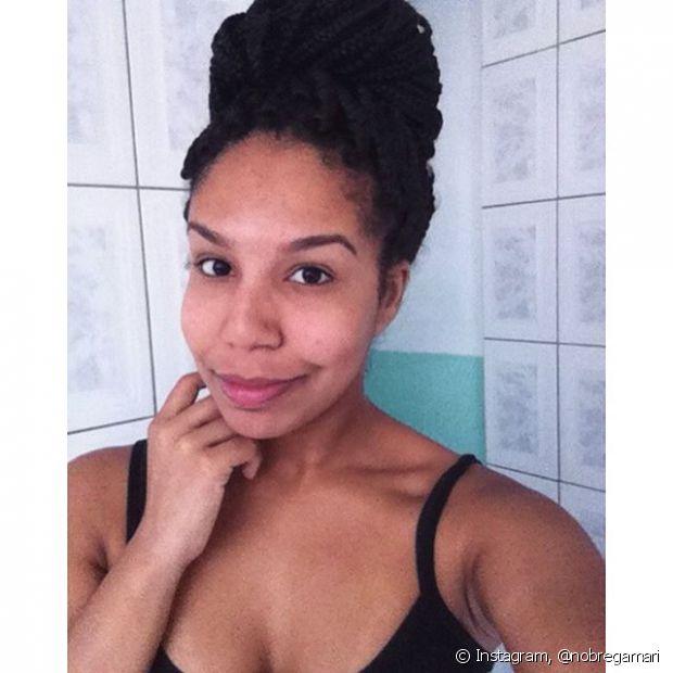 Penteados presos ajudam a disfarçar a raiz alta e o cabelo indefinido