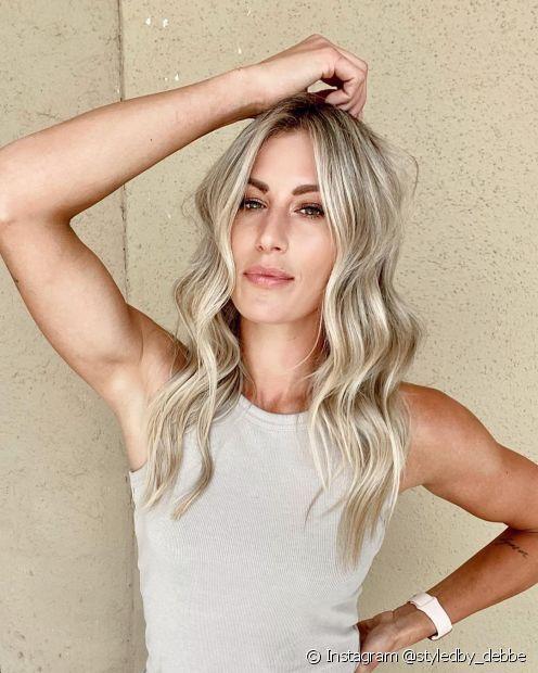 Mechas em loiro platinado renovam a aparência dos fios (Instagram @styledby_debbe)