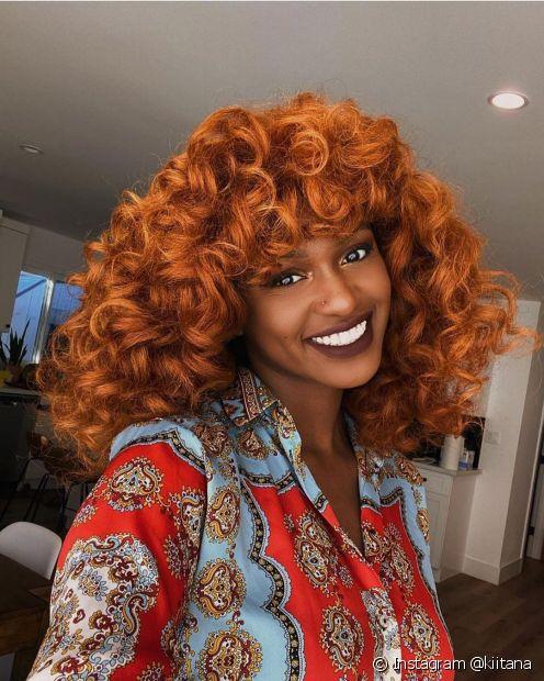 O cabelo cacheado vermelho precisa ser cuidado com um cronograma capilar para ser saudável (Foto: Instagram @kiitana)